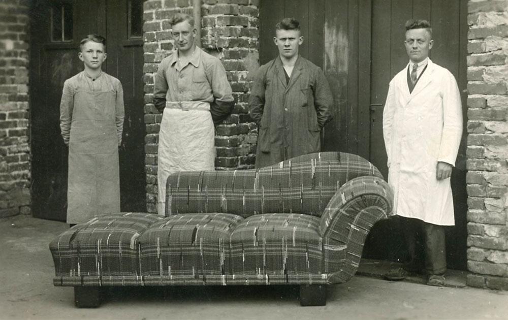 Rechts: Firmengründer Wilhelm Brechmann, links: drei Gesellen